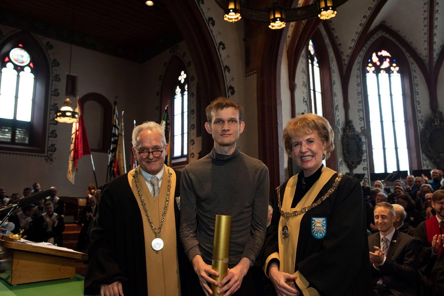 Vitalik Buterin vinh dự nhận bằng tiến sĩ danh dự từ Đại học Basel